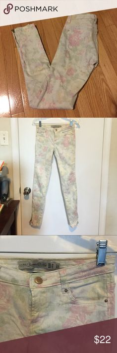 ZARA floral denim jeans with ankle zip size 2 ZARA floral denim jeans with ankle zip size 2. Pretty way to brighten up an outfit!! ✨ Zara Pants Skinny