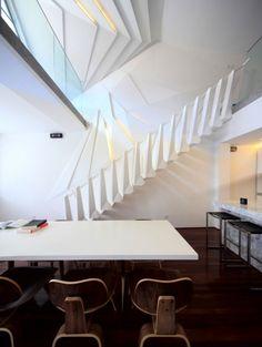 escalier blanc de design extraordinaire dans un intérieur futuriste