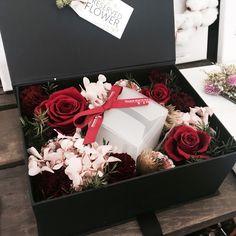 #floraldesign #flowershop . . Flower Box Gift, Flower Boxes, Diy Flowers, Pretty Flowers, Flower Decorations, Paper Flowers, Housewarming Decorations, Box Roses, Flower Packaging