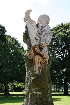 Tree Carving in Pershore - Modern Tree Sculpture, Garden Sculpture, Wooden Sculptures, Tree Carving, Wood Creations, Wooden Art, Weird And Wonderful, Land Art, Tree Art