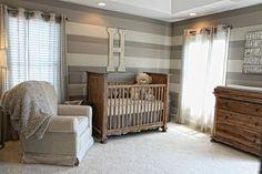 ღ¸.•❤ o papel de parede dá um ar moderno ao quarto, apesar do mobiliário rustico.