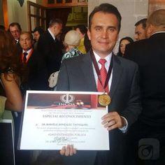 el Lic. Marcelo Gonzalez Tachiquin recibiendo su reconocimiento por administración Pública