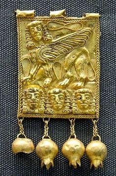 Sphinx au-dessus de têtes de femme. Plaque en or, VIIe siècle av. J.-C. Jastrow