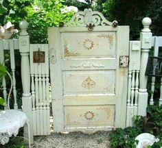Shabby Chic garden gate from an old door and spindles! Shabby Chic garden gate from an old door and spindles! Wooden Garden Gate, Garden Gates And Fencing, Garden Doors, Backyard Gates, Garden Entrance, Small Garden Gates, Garden Arbor With Gate, Garden Stairs, Garden Pallet