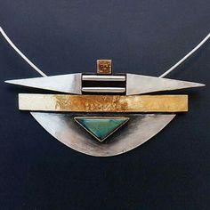 Linda Ladurner / Collier- Pendentif 1995.  Argent, or, spectrolite. Pendant silver, gold spectrolite