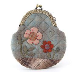 加藤礼子先染作品欣赏。。小物,壁挂篇_liliの空 ちょっと遠い Japanese Patchwork, Japanese Bag, Patchwork Bags, Quilted Gifts, Quilted Bag, Coin Purse Tutorial, Image Deco, Frame Purse, Crochet Buttons