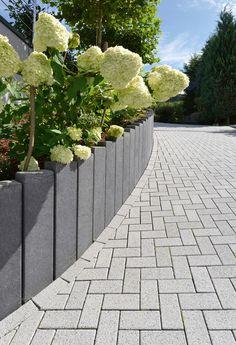 gartenwege gestalten mit dem plano pflaster in basalt mit glimmer die oberfl chenbearbeitung. Black Bedroom Furniture Sets. Home Design Ideas