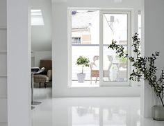 SKINNENDE GULV: Det blanke gulvet er hvitlakkert epoxy. Det kan være blankt eller matt og finnes i flere farger, epoxy.no FOTO: Sandra Aslaksen