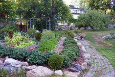 Rakas vanha valkoinen taloni Stepping Stones, Pergola, Outdoor Decor, Plants, Stair Risers, Outdoor Pergola, Plant, Planets