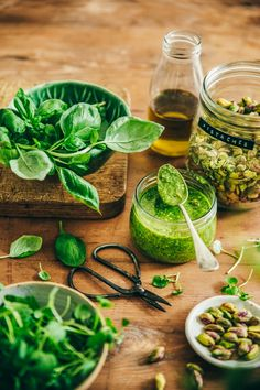 Pesto de cresson aux pistaches ©Sandrine Saadi Mexican Food Recipes, Vegan Recipes, Ethnic Recipes, Vegan Food, Food Photography Styling, Food Styling, Pesto, Greens Recipe, Fruit And Veg