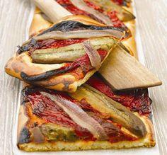 """Esta es una receta típica catalana, llamada """"coca de recapte"""" (provisión de cosas para usar o consumir). La base es de una masa horneada con """"escalivada"""" pimientos y berenjenas asadas y a partir de..."""