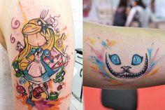 """Drikalinas, a Adriana, é uma tatuadora talentosa de São Paulo. Apesar de tatuar há só um ano, Drika é filha de um tatuador com mais de 30 anos de experiência, então já """"cresceu"""" no meio. A característica mais forte de suas tatuagens é a cor! Ela cria desenhos em rascunhos de papel com tinta e depois reproduz no corpo com cores que imitam aquarela, sempre com traços finos e firmes. As minhas favoritas ainda são as tattoos geeks: muitas de suas criações remetem a livros, filmes e games como…"""