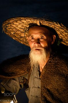 Portrait of a Chinese fisherman holding a lantern at dusk. We Are The World, People Around The World, Old Fisherman, Old Faces, Unique Faces, Interesting Faces, World Cultures, Great Photos, Human Body