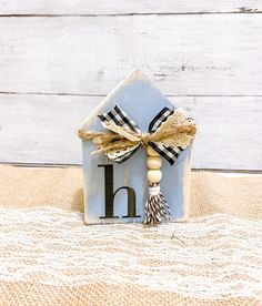Super easy, twenty minute farmHouse decoration, using scrapwood and crafting materials you probably have laying around your house. Wood Block Crafts, Scrap Wood Crafts, Wood Blocks, Country Farmhouse Decor, Farmhouse Design, Farmhouse Style, Diy Home Crafts, House In The Woods, Design Crafts