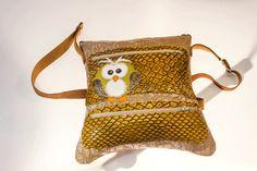 Bolso modelo Pluma Buho, bolso original hecho a mano cosido con hilos de colores.
