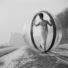 """Photo Series: A Bubble In Paris """" In 1963 the photographer Melvin Sokolsky created a series of fashion photos for the magazine of Harpers Bazaar. The transparent bubble of plexiglass was photographed. Vintage Fashion Photography, Art Photography, Bubble Photography, Classic Photography, Inspiring Photography, Lifestyle Photography, White Editorial, New York To Paris, Indie"""