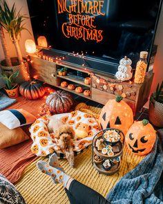 Casa Halloween, Halloween Movie Night, Halloween Bedroom, Halloween Home Decor, Halloween Season, Happy Halloween, Halloween Party, Halloween Bucket List, Disney Halloween Decorations