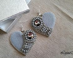 Grey&silver zipper elegant heart earrings You are in the right place about crochet stitches Here we offer you the most beautiful pictures about the crochet. Bead Embroidery Tutorial, Bead Embroidery Patterns, Bead Embroidery Jewelry, Beaded Jewelry Patterns, Beaded Embroidery, Embroidery Works, Beaded Brooch, Beaded Earrings, Etsy Earrings