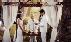 """O casamento, sem dúvidas, é como uma """"vitrine"""" para a personalidade dos noivos. Reflete o lifestyle e a essência do casal. Por isso a temática e o estilo da cerimônia e da festa, são motivo de preocupação para tantas noivas. Conseguir o equilíbrio entre os gostos e expectativas do casal para o evento, nem sempre é tarefa fácil. Mas assim que se alinham, resultam sempre em um celebração de combinação única, perfeita para o casal em questão."""