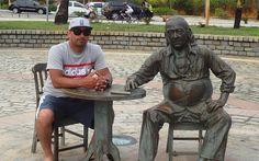 SALVADOR - BAHIA - BRA  O poeta Vinicius de Morais (1913-1980) veio morar em Itapuã no início dos anos '70 com sua amada e atriz baiana Gessy Gesse. Aqui viveu por cerca de seis anos inicialmente em uma casa alugada depois em sua casa de Itapuã. Acompanhava o casal a cozinheira baiana Maria Dolores Scher.  O Monumento da Praça Vinicius de Morais é de autoria do artista plástico baiano Juarez Paraíso e contou com a colaboração de Márcia Magno Renato Viana e Paula Magno. A Praça foi inaugurada…