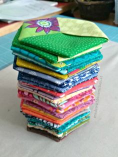 Bunte Untersetzer - made with Blümchen Log Cabin Quilts, Tablerunners, Mug Rugs, Little Gifts, Sewing Tutorials, Quilt Blocks, Free Pattern, Coasters, Decorative Boxes