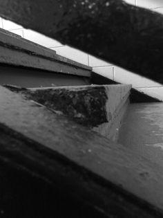 Detalhe arquitetônico - por Martim, 8C. É visível, nesta imagem, um pequeno detalhe arquitetônico de um ângulo inusitado. Esta foto se encaixa em dois aspectos: Detalhe Arquitetônico (por ser um ângulo de uma escada) e plano bem marcado (ângulo inusitado) , porém o foco será o primeiro. A escada, algo comum no dia a dia, foi transformada em algo totalmente diferente, apenas mudando o ângulo.