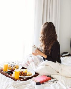 Breakfast in bed is always a good idea ❤️ Sharing our little staycation with @hoteltonight on annawithlove.com today! Use the coupon code 'withlove' to get extra savings more details on the blog, link in profile! XO #thompsontoronto
