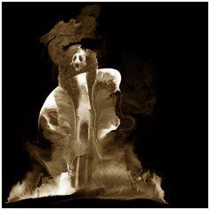 GESPENST »Geist, der sich einen festen Aufenthaltsort gewählt hat, meistens der Ort, an dem er oder sie gestorben ist. Vertreibt man ein Gespenst von seiner 'Spukstätte', reagiert es mit Wut. « www.facebook.com/theboneseason.de