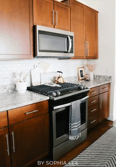 i had no idea how much of a difference decorating your kitchen could make! it seriously makes your kitchen look so much more presentable. i love these kitchen decorating ideas.. they are perfect! First Apartment Checklist, First Apartment Essentials, Apartment Hacks, Apartment Kitchen, Bedroom Apartment, Apartment Living, Kitchen Stove, Kitchen Cabinets, Moving House Tips