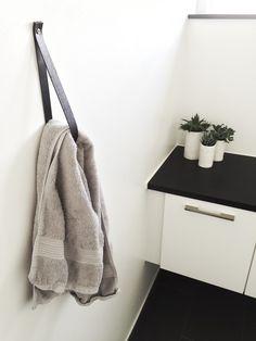 Jeg har lavet lidt om på ophænget til håndklædet ude på badeværelset. Jeg blev lidt træt af grenen som kan ses her. Nu har jeg bare brugt den ene læderrem, en super nem løsning og stadig rigtig fint. Dejlig pinse til jer alle❤️ ....