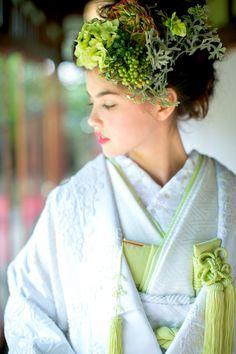 『相良刺繍アラベスク』白地の艶やかな緞子地に、粒を作り奥行きのある相良刺繍をふんだんに詰め込んだ ハリのある白無垢。シルクロードを渡り、日本へやってきたペルシャ模様が、生成りがかった糸で描かれ、遠目にはレースのようにも見えます。