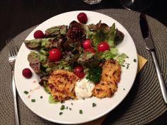 Kürbis-Kartoffel-Galetten auf Herbstsalat