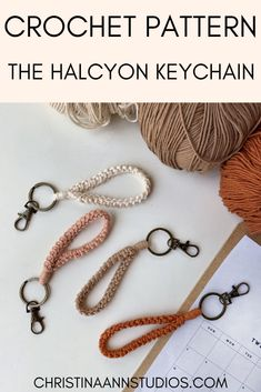 Crochet Lanyard, Crochet Keychain Pattern, Crochet Cord, Diy Keychain, Bracelet Crafts, Crochet Gifts, Learn To Crochet, Loom Knitting, Bracelet Patterns