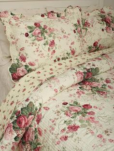 Pillow Sham Cottage China Roses Reverses to Rosebuds Cotton Quilted Sham Shabby Chic Mode, Shabby Chic Interiors, Shabby Chic Bedrooms, Shabby Chic Cottage, Vintage Shabby Chic, Shabby Chic Style, Shabby Chic Decor, Raindrops And Roses, Bed Sets