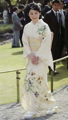 平成16年4月15日(木)春の園遊会にて、全身が拝見できる一枚 帯は河村織物製「献上花衣」