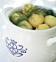 Varhaisperunat Fresh new potatoes for midsummer unless a little bit earlier. Served in this traditional vintage Arabia dish. Finland Food, Finnish Recipes, Ovo Vegetarian, Scandinavian Food, Food Photography Styling, Summer Recipes, Food Pictures, Love Food, Summertime