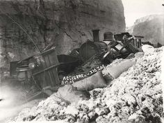 Rail accident on the Zig Zag Railway (NSW) Great Photos, Old Photos, Blue Mountains Australia, Sydney City, Railroad Photography, Train Art, Rail Car, Old Trains, Train Engines