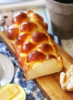 Ha megkérdeznénk 100 embert arról, hogy mi jut eszükbe a húsvétról, 80 tutira a kalácsot mondaná! Nincs is jobb az ünnepek alatt egy ültő helyedben véletlenül megenni a kalács felét! Éppen ezért mutatok egy tökéletes kalácsreceptet, amit mindenki össze tud dobni! Lekvárosüvegeket, kiskanalakat elő, jön a friss házi kalács! Pastry Recipes, Cake Recipes, Dessert Recipes, Eat Seasonal, Hungarian Recipes, Baking And Pastry, Happy Foods, Recipes From Heaven, Creative Food