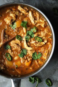 Mexican chicken chilli, warming and satisfying and suitable for the whole family this chicken chilli is great for cozy weekend dinners. Chicken Wings Spicy, Chicken Thighs, Curry Stew, Chilli Recipes, Mediterranean Chicken, Food Menu, Kitchen Recipes, Food Dishes
