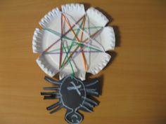 Spinnenweb maken door knipjes te knippen in een papieren bordje. Daarna rijgen en een spin tekenen en knippen.