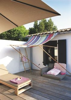 Voile d'ombrage tout en récup' pour petite terrasse en bois. Plus de photos sur Côté Maison. http://petitlien.fr/7fck