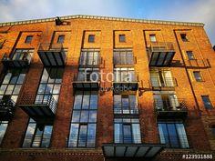 Schöne restaurierte Backsteinfassade eines ehemaligen Lagerhauses mit modernen Fenstern und Balkons in Münster in Westfalen im Münsterland