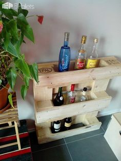IMG 20130404 1159121 Small pallet bar in pallet furniture diy pallet ideas with Pallets DIY Bar Pallet Crafts, Diy Pallet Projects, Wood Projects, Pallet Ideas, Pallet Furniture Designs, Wood Pallet Furniture, Furniture Decor, Refinished Furniture, Pipe Furniture
