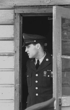At the end of his time in the army, Elvis held a press conference.