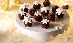 Marmorkugeln mit Eiskristallen Rezept: Schokoladiges Konfekt mit weißem Dekor-Fondant - Eins von 5.000 leckeren, gelingsicheren Rezepten von Dr. Oetker!