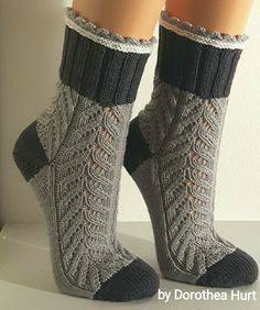 Billedresultat for dorothea hurt socken Crochet Socks, Knitted Slippers, Slipper Socks, Knitting Socks, Hand Knitting, Knitting Patterns, Knit Crochet, Yarn Tail, Fashion Socks