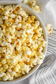 Stovetop popcorn makes for the perfect, cozy vegan snack! Nutritional yeast and vegan butter come to together to make a yummy cheesy flavor. Healthy Vegan Snacks, Vegan Appetizers, Delicious Vegan Recipes, Vegan Food, Yummy Food, Homemade Popcorn, Homemade Crackers, Salty Snacks, Quick Snacks