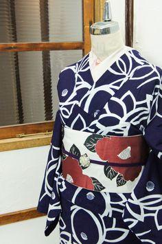 紺色地に白一色で染め出された大輪の椿の花枝がモダンな注染レトロ浴衣です。 #kimono