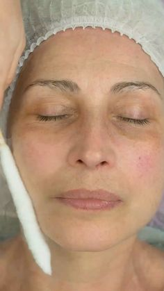 How To Fade Dark Spots Naturally Here's a Great Solution Recommended by Beauty Experts to clear up dark spots, age spots & sun spots. Eyebrow Makeup Tips, Skin Makeup, Eyebrow Hair Loss, Makeup Eyebrows, Beauty Care, Beauty Skin, Clear Up, How To Fade, Lighten Dark Spots