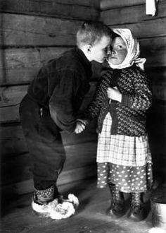 Ivvan nenittelee kasvinsiskoaan Marttaa vuonna 1934 Petsamon Suonikylässä.